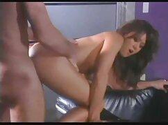 La joven lesvianas con maduras le chupa el pene al médico.