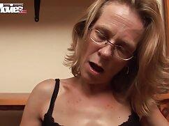Una jovencita se masturba el coño y lesbianas gordas y viejas juega con un vibrador