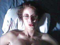Una preciosa morena con un vestido rojo se acaricia delante de una videos xxx gratis lesbianas maduras webcam