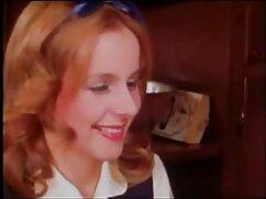 Flaca rusa se lesbianas maduras gordas quita la ropa interior y se toca el coño en el sofá