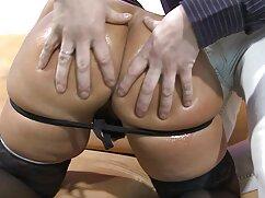 Pin-up lesbianas maduras besándose - chica desnuda posando.