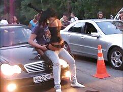 Belleza tetona lesbianas maduras amandose es follada en el coche.
