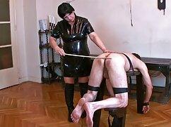 Un hombre videos d lesvianas maduras calvo pule con la lengua el coño y el culo de una mujer madura en bata de seda