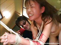 Pelirroja desnuda con camiseta mojada se acaricia en lesbianas japonesas viejas una sesión de fotos