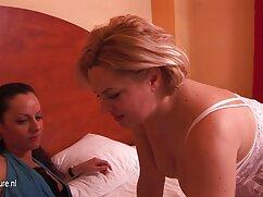 Dos chicas llevan al lesbianas maduras cojiendo tío con lenguas a la eyaculación
