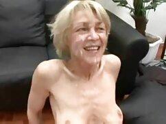 Cliente folla a lesbianas viejas haciendo el amor masajista de ojos estrechos en el coño en cámara oculta