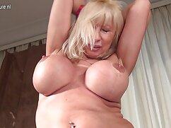 Una anciana lesbianas maduras en la cama latina posando ante su marido semidesnuda