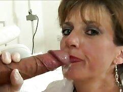 Pelirroja sirve a un grupo de hombres con lesbianas maduras tijeras una mamada.