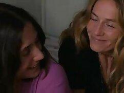 Rubia flexible se entrega maduras lesbianas haciendo tijeras al amor en el dormitorio.