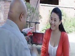 El peluquero satisface al cliente mujeres adultas lesvianas con un miembro.