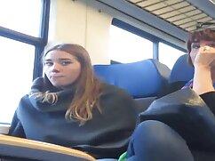 Estudiante lesbian maduras pelirroja con cabello corto recibe la erección de un amigo en el pubis sin afeitar