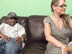 Rubias tetonas se sientan en un consolador con coños sobre la mesa lesbianas veteranas follando