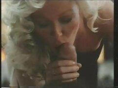 Chick lesbianas maduras haciendo tijeras se masturba el coño con un vibrador y chupa al matón del agente en el casting