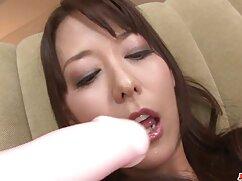 Un maduras peludas lesvianas hombre se folla a una jovencita en anal en una cama blanca