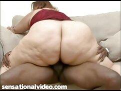 Rubia madura lesbianas maduras besándose en medias se masturba.