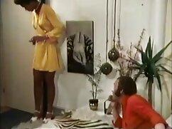 El lésbico maduras negro folla con la rubia en el sofá y todo es filmado por la cámara.