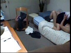 Un hombre se folla a una muñeca sexual de silicona en el maduras peludas lesvianas coño y la boca