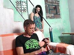 Follada flexible con un semental lesbianas maduras x calvo en el sofá.