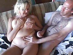 Sirvienta lesbianas maduras tube tetona se desnuda mientras limpia y se la follan en el coño del dueño de la casa