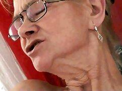 Un hombre metió dos manos en la vagina de una morena con lesvianas viejas medias negras