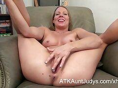 Nympho se untó lesbianas jovenes y maduras con crema batida y se pajeó en el sofá