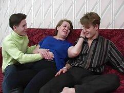 En el alféizar de lesbian maduras la ventana, esperando a un miembro.