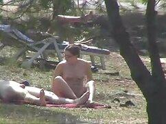 Milf de 40 años chupa videos de mujeres lesbianas maduras la gran polla de un joven amigo en un sofá blanco