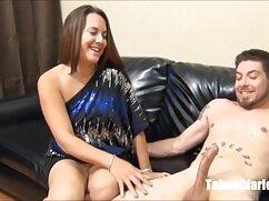 Una jovencita chupa el rayo de un chico debajo maduras gordas lesbianas de la mesa y lo monta con su vagina