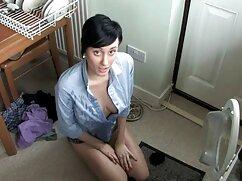 Una chica con un suéter gris se acaricia frente a una lesvianas y maduras webcam
